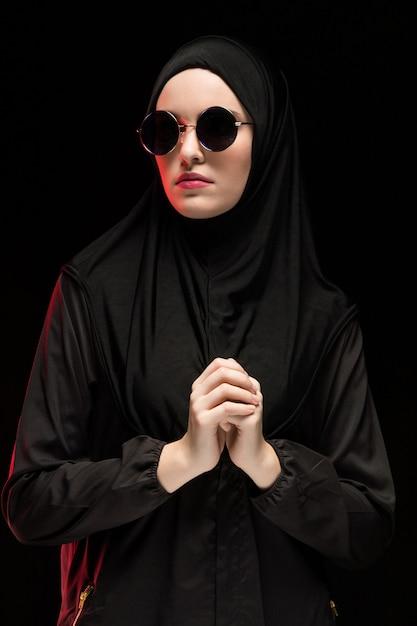 Retrato, de, bonito, elegante, jovem, muçulmano, mulher, desgastar, pretas, hijab, e, óculos de sol, como, modernos, oriental, moda, conceito, ligado, pretas Foto Premium