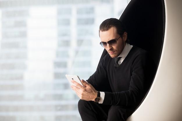 Retrato, de, bonito, homem negócios, em, óculos de sol Foto gratuita