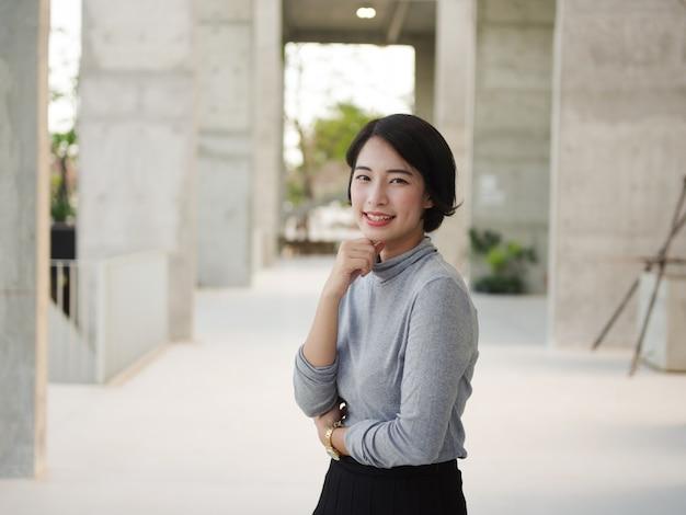 Retrato, de, bonito, mulher asian, em, jovem, negócio, olhar mulher Foto Premium