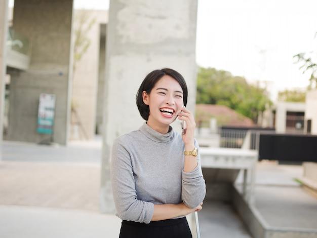 Retrato, de, bonito, mulher asian, usando, telefone móvel, em, jovem, negócio, olhar mulher Foto Premium