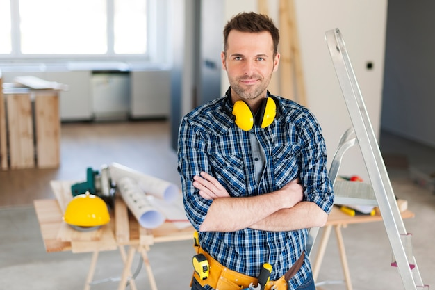 Retrato de bonito trabalhador da construção civil Foto gratuita