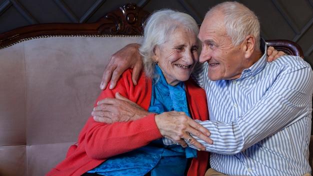 Retrato de casal de idosos adoráveis Foto gratuita