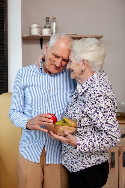 Retrato de casal de idosos apaixonados Foto gratuita