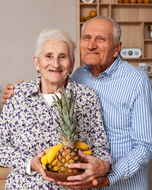 Retrato de casal de idosos posando juntos Foto gratuita