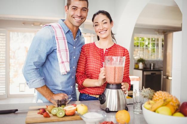 Retrato de casal feliz com suco de fruta Foto Premium