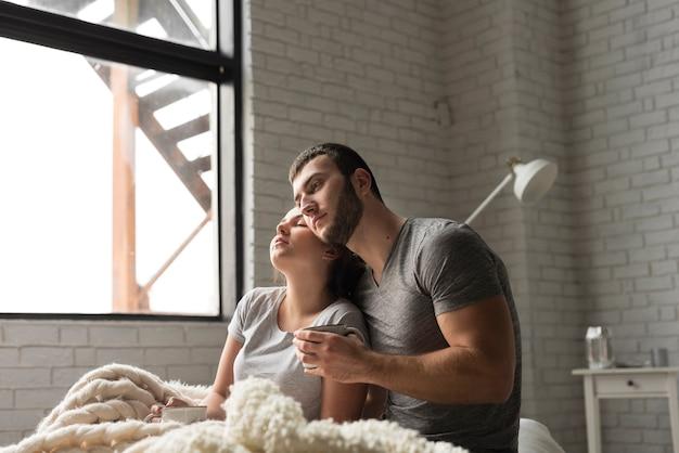Retrato de casal jovem romântico junto Foto gratuita