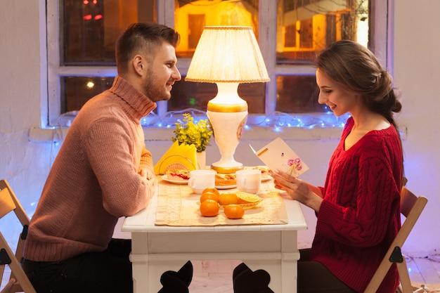 Retrato de casal romântico no jantar do dia dos namorados Foto gratuita