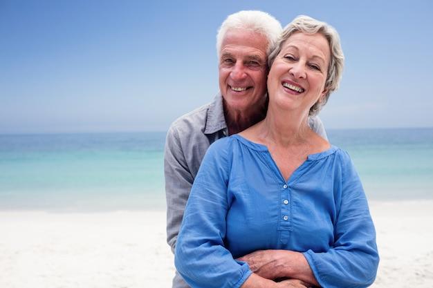 Retrato de casal sênior, abraçando uns aos outros Foto Premium