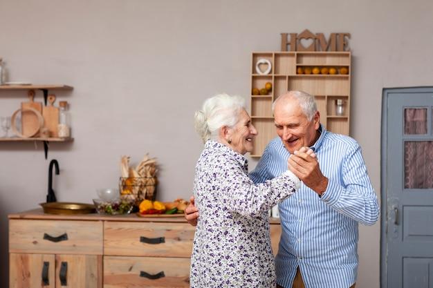 Retrato de casal sênior fofo dançando Foto Premium