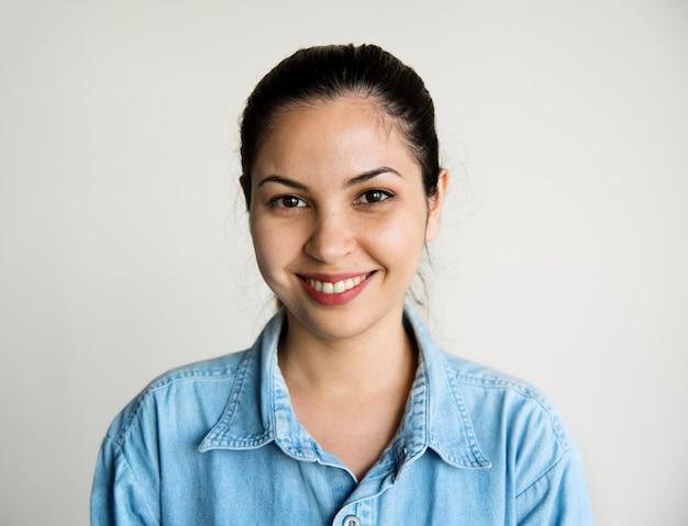 Retrato, de, caucasiano, mulher sorri Foto gratuita