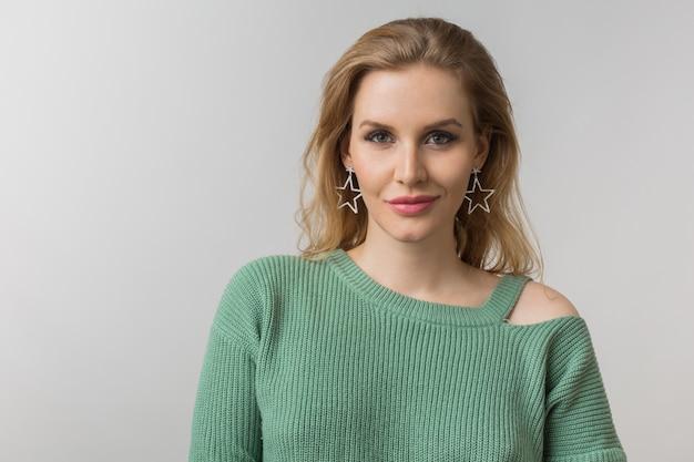 Retrato de close-up de jovem atraente e confiante mulher sexy, estilo casual, brincos elegantes, suéter verde, independente, isolado, olhando na câmera, olhando na câmera, maquiagem natural Foto gratuita
