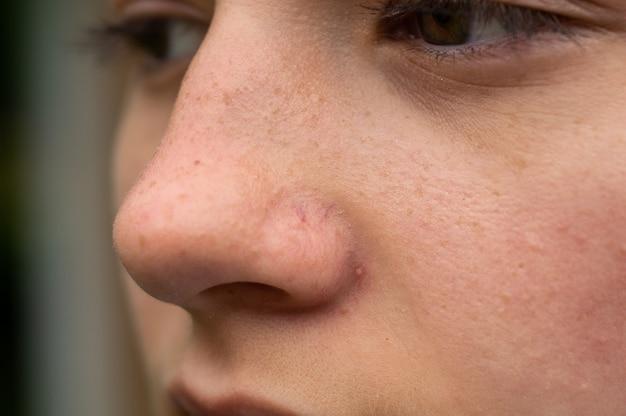 Retrato de close-up de uma jovem Foto Premium
