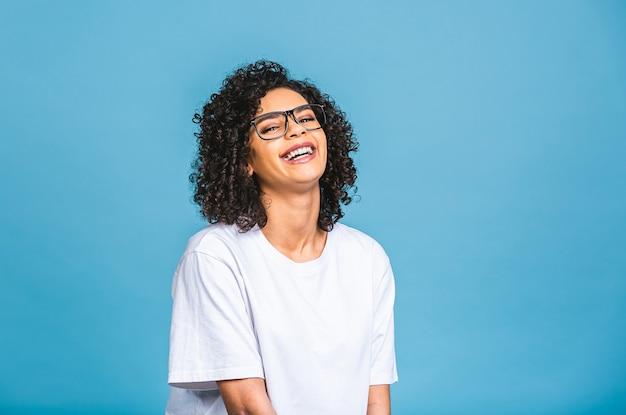 Retrato de closeup de beleza de jovem afro-americana com cabelo afro. isolado sobre fundo azul. Foto Premium