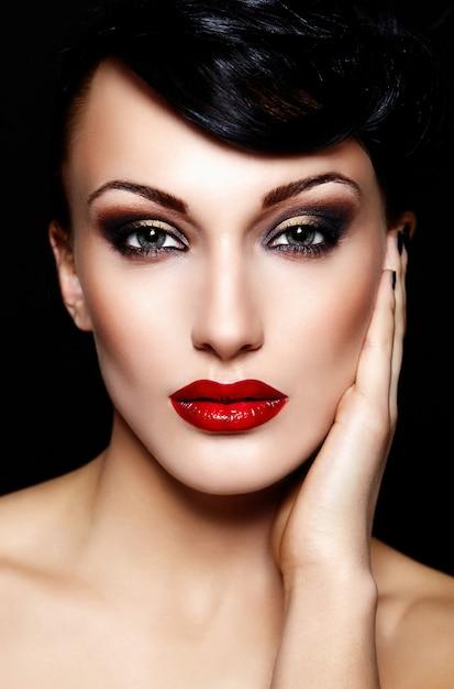 Retrato de closeup glamour do modelo sexy caucasiano morena jovem bonita com lábios vermelhos Foto gratuita
