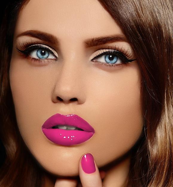 Retrato de closeup glamour do modelo sexy elegante caucasiano mulher jovem e bonita com lábios vermelhos Foto gratuita