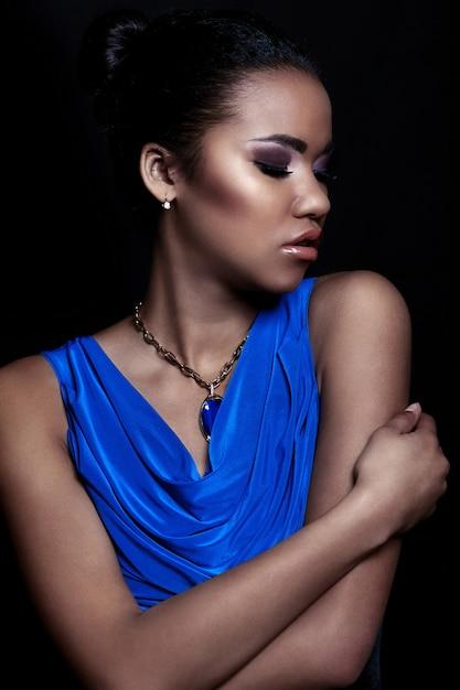 Retrato de closeup glamour do modelo sexy preto elegante mulher sexy vestido azul com acessórios com maquiagem brilhante com perfeita pele limpa Foto gratuita