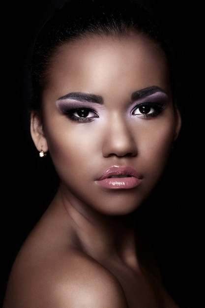 Retrato de closeup glamour do modelo sexy preto jovem bonita com maquiagem brilhante com pele limpa perfeita Foto gratuita