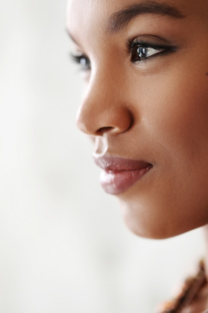 Retrato de closeup linda mulher negra Foto gratuita