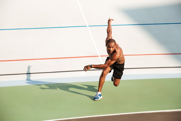 Retrato de corpo inteiro de um esportista motivado seminu Foto gratuita