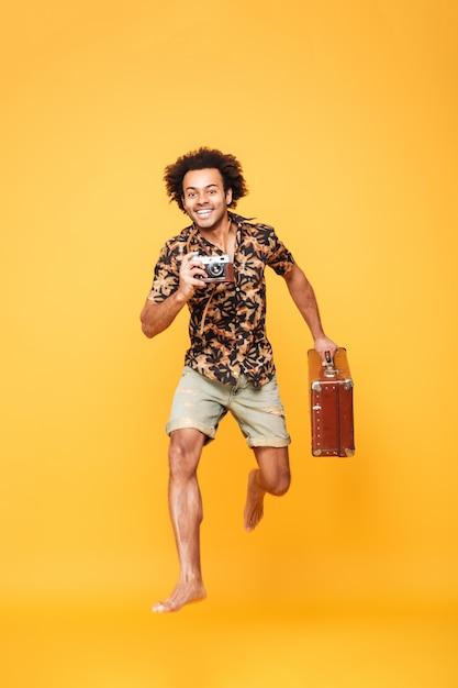 Retrato de corpo inteiro de um homem africano feliz em roupas de verão Foto gratuita