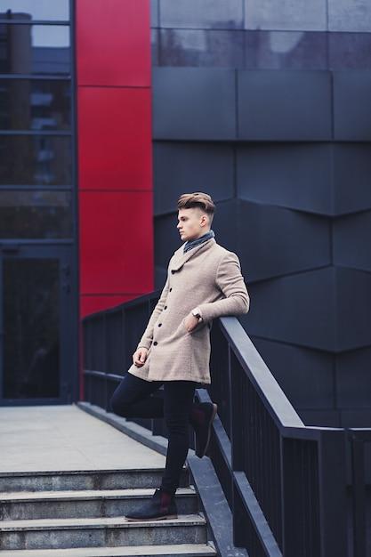 Retrato de corpo inteiro de um homem estiloso com um casaco na cidade Foto Premium