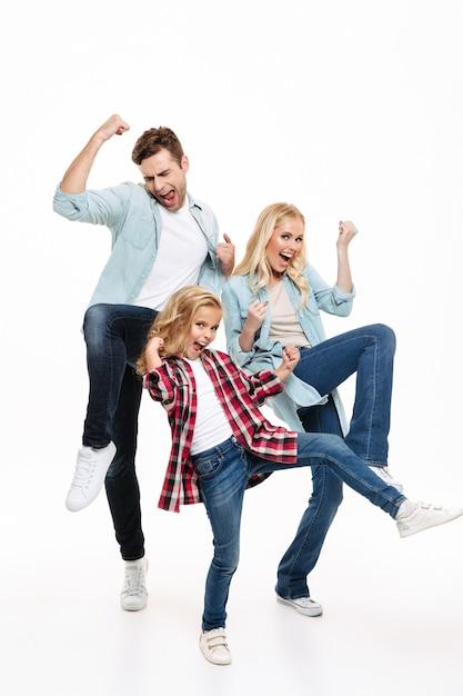Retrato de corpo inteiro de uma família feliz e satisfeita Foto gratuita