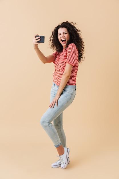 Retrato de corpo inteiro de uma jovem animada Foto Premium