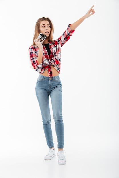 Retrato de corpo inteiro de uma jovem em camisa xadrez Foto gratuita