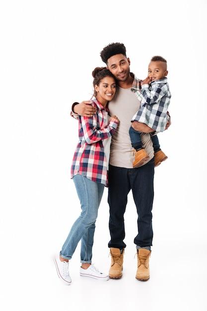 Retrato de corpo inteiro de uma jovem família africana alegre Foto gratuita