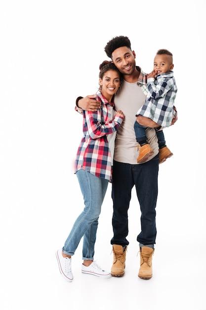 Retrato de corpo inteiro de uma jovem família africana feliz Foto gratuita