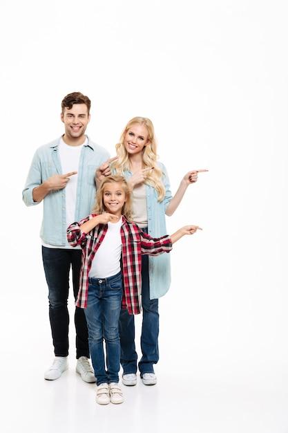 Retrato de corpo inteiro de uma jovem família alegre Foto gratuita