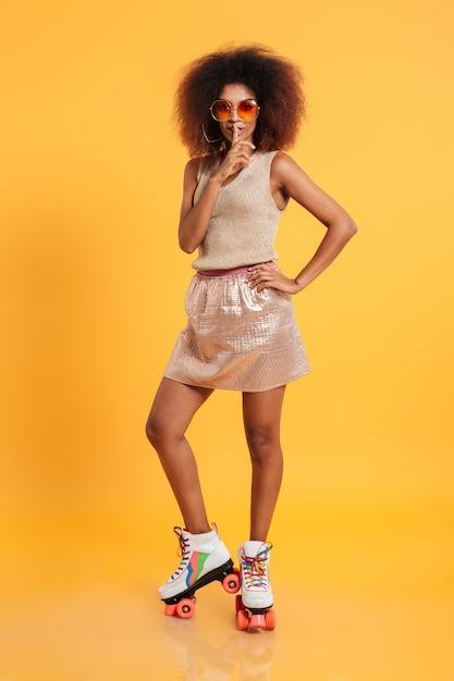 Retrato de corpo inteiro de uma jovem mulher afro-americana Foto gratuita