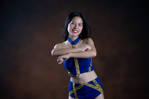 Retrato de corpo inteiro de uma menina bonita feliz num vestido azul dançando Foto gratuita