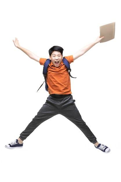 Retrato de criança asiática feliz pulando isolado no branco Foto Premium