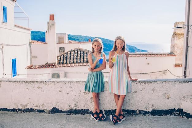 Retrato de criança caucasiana desfrutar de férias de verão Foto Premium