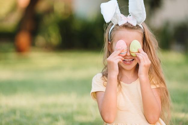 Retrato de criança com busket de páscoa com ovos ao ar livre Foto Premium