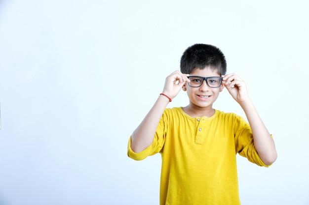 Retrato de criança fofo indiano jovem Foto Premium