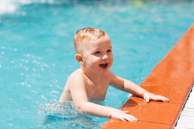 Retrato de criança pequena feliz na piscina Foto gratuita