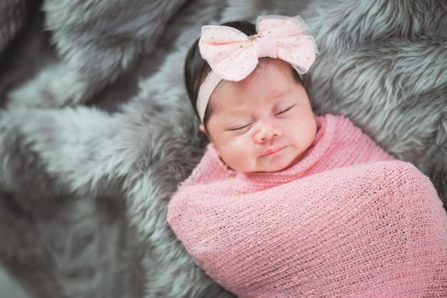 Retrato, de, cute, bebê, cama Foto Premium
