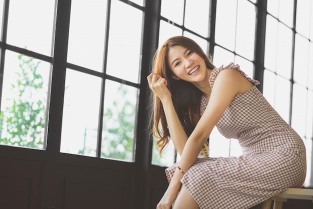 Retrato, de, cute, e, bonito, menina asiática, sorrindo, em, loja café, ou, modernos, escritório, com, espaço cópia Foto Premium
