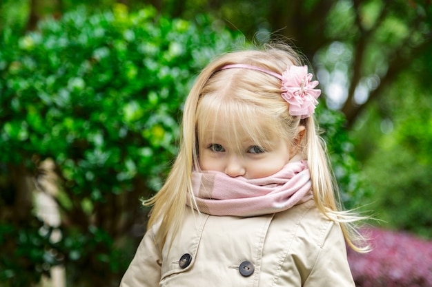Retrato, de, cute, menininha, com, cabelo loiro, parque Foto Premium