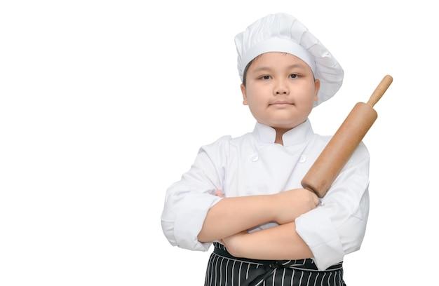 Retrato, de, cute, menino, cozinheiro, segurar, alfinete rolante, com, chapéu cozinheiro, e, avental, isolado, branco, fundo Foto Premium