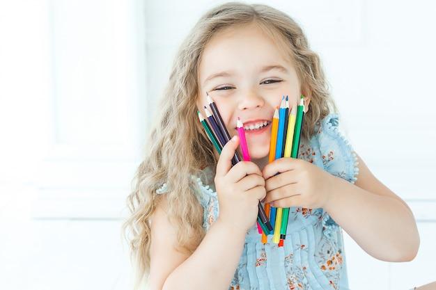 Retrato, de, cutew, menininha, segurando, lápis Foto Premium
