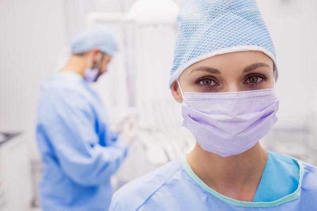 Retrato, de, dentista feminino, desgastar, máscara cirúrgica Foto gratuita