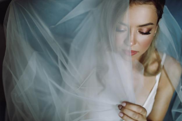 Retrato, de, deslumbrante, loiro, noiva, com, olhos profundos Foto gratuita