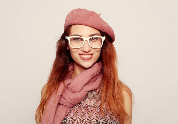 Retrato de deslumbrante mulher loira vestindo óculos e roupas cor de rosa Foto Premium