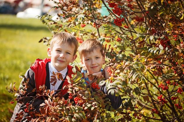Retrato de dois meninos, irmãos e melhores amigos sorrindo. amigos abraçando. Foto Premium
