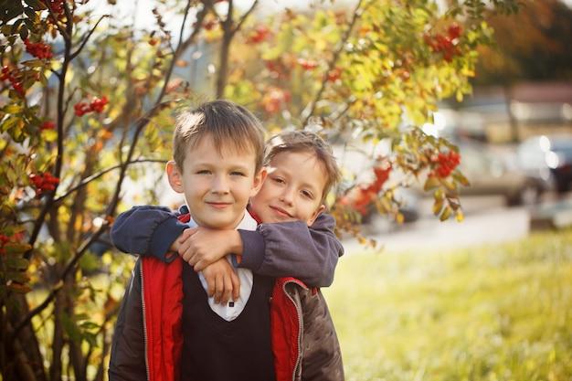 Retrato de dois meninos, irmãos e melhores amigos sorrindo. Foto Premium