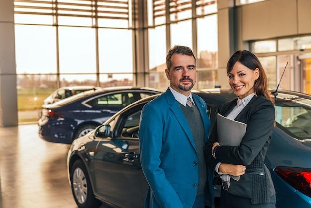 Retrato de dois negociantes de carro no salão de beleza. Foto Premium