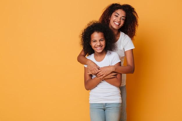 Retrato de duas irmãs africanas alegres Foto gratuita